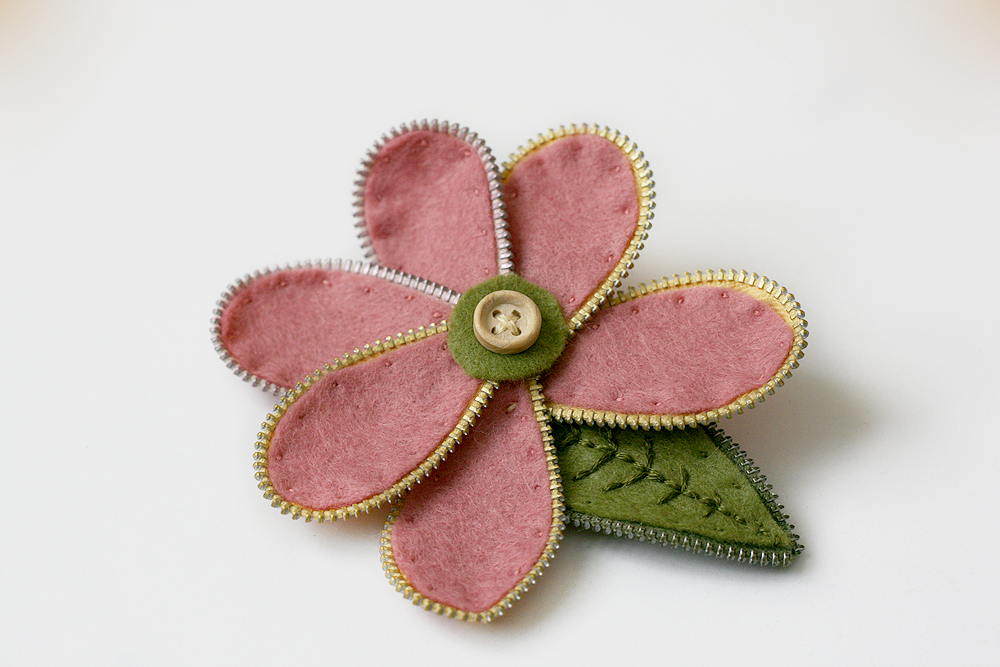 Makeve zip flower brooch