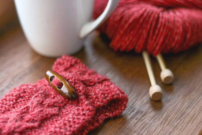 Knitted mug cosy | Crafting Fingers